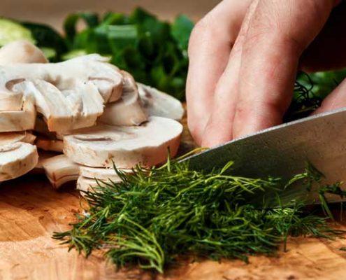 Nahaufnahme beim Schneiden von Gemüse